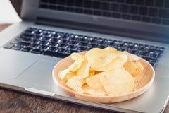 Microplaquetas de batata friáveis na estação de trabalho Imagens de Stock Royalty Free