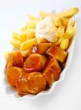 Microplaquetas de batata fritadas batata frita com Currywurst picante Imagem de Stock Royalty Free
