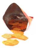 Microplaquetas de batata fritadas quentes picantes no branco Foto de Stock