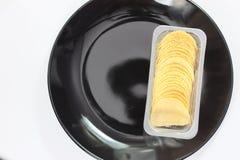 Microplaquetas de batata isoladas no branco Fotografia de Stock