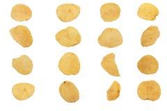 Microplaquetas de batata isoladas no fundo branco foto de stock