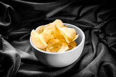 Microplaquetas de batata na bacia B&W Fotografia de Stock