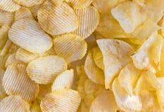 Microplaquetas de batata no fundo branco Fotos de Stock Royalty Free