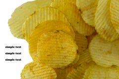 Microplaquetas de batata no fundo branco Foto de Stock