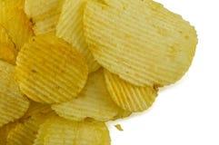 Microplaquetas de batata no fundo branco Foto de Stock Royalty Free