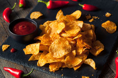 Microplaquetas de batata picantes quentes de Sriracha Foto de Stock Royalty Free