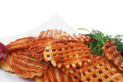 Microplaquetas de batata servidas na placa branca Imagens de Stock