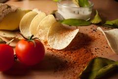 Microplaquetas de batatas caseiros foto de stock