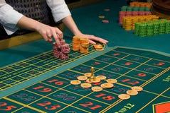 Microplaquetas de jogo da roleta na tabela Fotos de Stock
