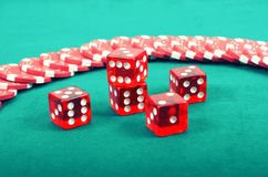 Microplaquetas de jogo do pôquer em uma tabela de jogo verde Imagem de Stock
