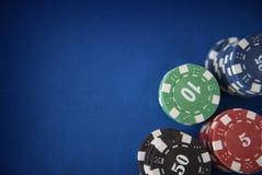 Microplaquetas de jogo na tabela do casino Fotografia de Stock Royalty Free