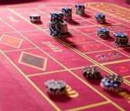 Microplaquetas de jogo na tabela vermelha da roleta Fotos de Stock