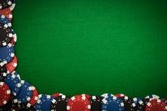 Microplaquetas de jogo no feltro do verde Fotografia de Stock Royalty Free