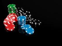 Microplaquetas de jogo no fundo preto Fotografia de Stock