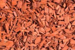 Microplaquetas de madeira vermelhas Fundo natural da textura de partes de madeira vermelhas de casca de árvore Microplaquetas de  Imagem de Stock