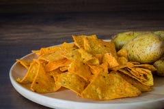 Microplaquetas de milho com batatas imagem de stock royalty free