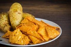 Microplaquetas de milho com batatas foto de stock