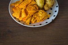 Microplaquetas de milho com batatas imagem de stock