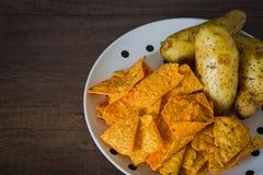 Microplaquetas de milho com batatas fotos de stock