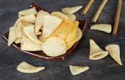 Microplaquetas de milho da batata frita de batata do petisco No assoalho de madeira velho Imagem de Stock Royalty Free