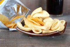 Microplaquetas de milho da batata frita de batata do petisco No assoalho de madeira velho Foto de Stock Royalty Free