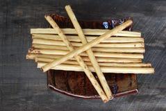 Microplaquetas de milho da batata frita de batata do petisco No assoalho de madeira velho Fotografia de Stock