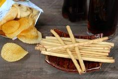 Microplaquetas de milho da batata frita de batata do petisco No assoalho de madeira velho Fotos de Stock Royalty Free
