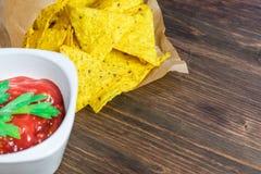 Microplaquetas de milho dos Nachos com salsa clássica do tomate A cerveja fria fresca é perfeita com petiscos saborosos fotos de stock