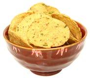 Microplaquetas de milho sem glúten do Jalapeno na bacia sobre o branco foto de stock