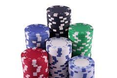 Microplaquetas de póquer empilhadas isoladas no branco Imagem de Stock