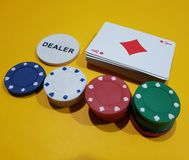 Microplaquetas de pôquer com cartões de jogo Imagens de Stock