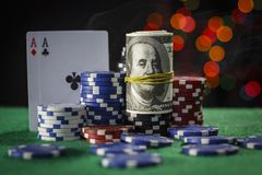 Microplaquetas de pôquer, dólares e um par de áss Foto de Stock Royalty Free