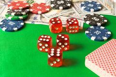 Microplaquetas de pôquer, dados, cartões de jogo e 100 cédulas no verde Fotos de Stock Royalty Free