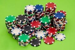Microplaquetas de pôquer diferentes na tabela Fotos de Stock Royalty Free