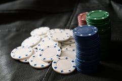 Microplaquetas de pôquer em um fundo Textured fotos de stock