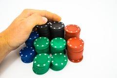 microplaquetas de pôquer isoladas com mão Fotos de Stock Royalty Free