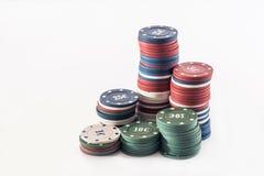 Microplaquetas de pôquer isoladas no branco Fotos de Stock Royalty Free