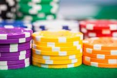 Microplaquetas de pôquer na tabela imagem de stock