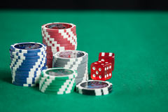 Microplaquetas de pôquer coloridas no fundo verde Fotografia de Stock Royalty Free