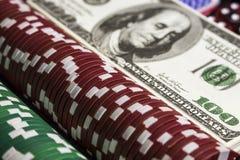Microplaquetas de pôquer com alguns dólares Imagem de Stock Royalty Free