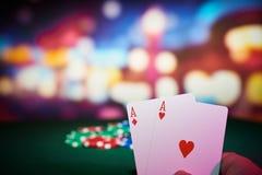Microplaquetas de pôquer com cartões dos áss Fotografia de Stock Royalty Free