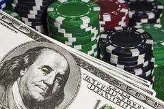 Microplaquetas de pôquer com dolars Imagem de Stock