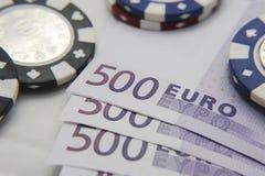 Microplaquetas de pôquer com euro- contas Foto de Stock Royalty Free