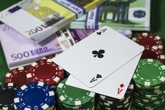 Microplaquetas de pôquer com muitos euro Imagens de Stock Royalty Free