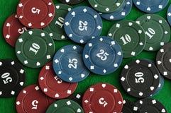 Microplaquetas de pôquer diferentes da cor Foto de Stock