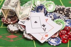 Microplaquetas de pôquer, dinheiro, cartões de jogo Fotografia de Stock Royalty Free