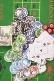 Microplaquetas de pôquer, dinheiro, cartões de jogo e dados Fotos de Stock