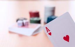Microplaquetas de pôquer e cartões de jogo genéricos fotos de stock royalty free