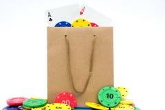 Microplaquetas de pôquer e cartões do pôquer em um saco Imagem de Stock Royalty Free