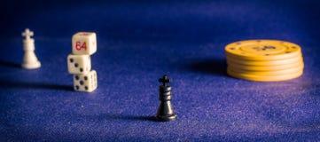 Microplaquetas de pôquer e rei da xadrez Imagem de Stock